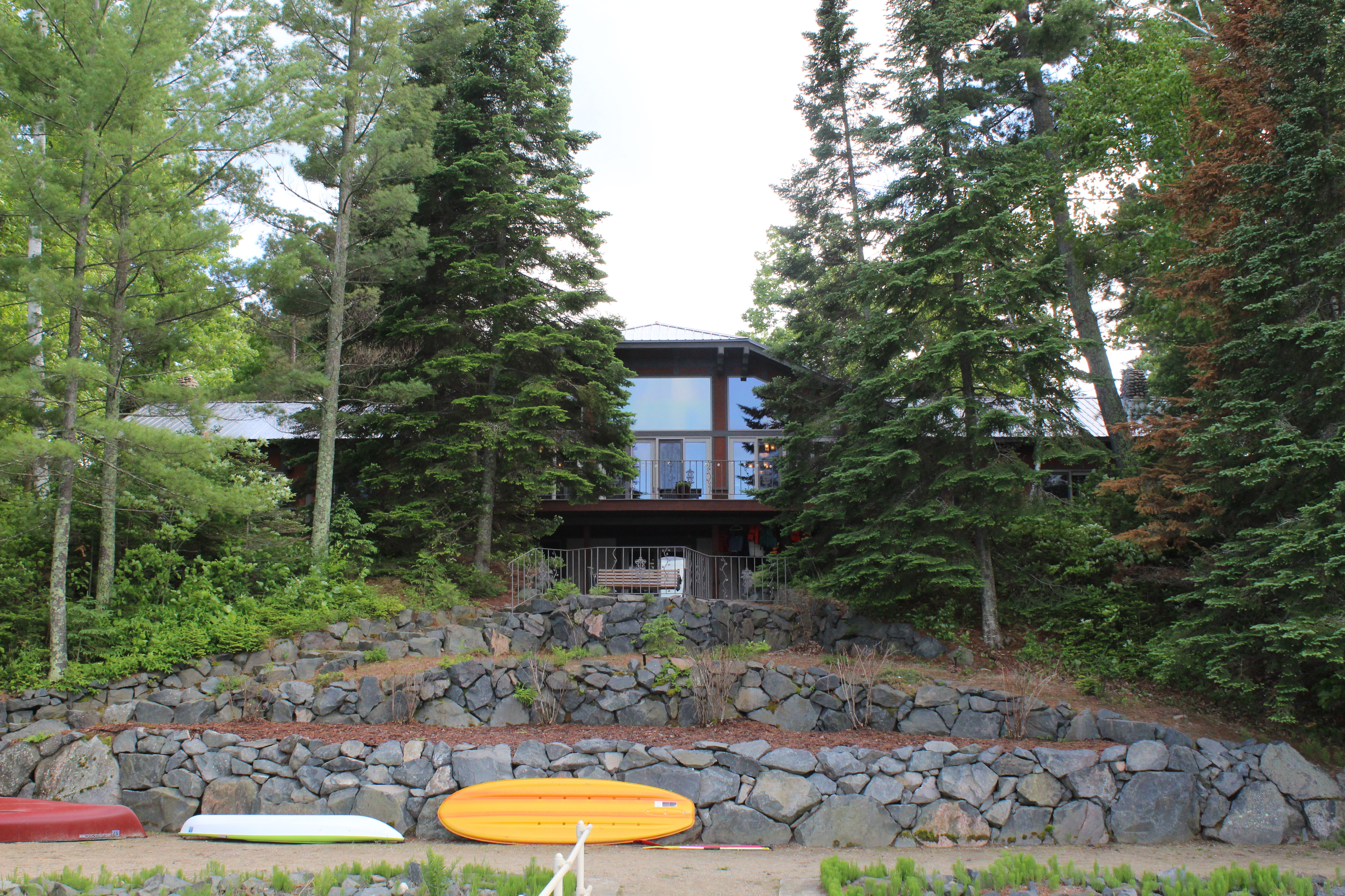 Lodge-from-lake-with-kayaks