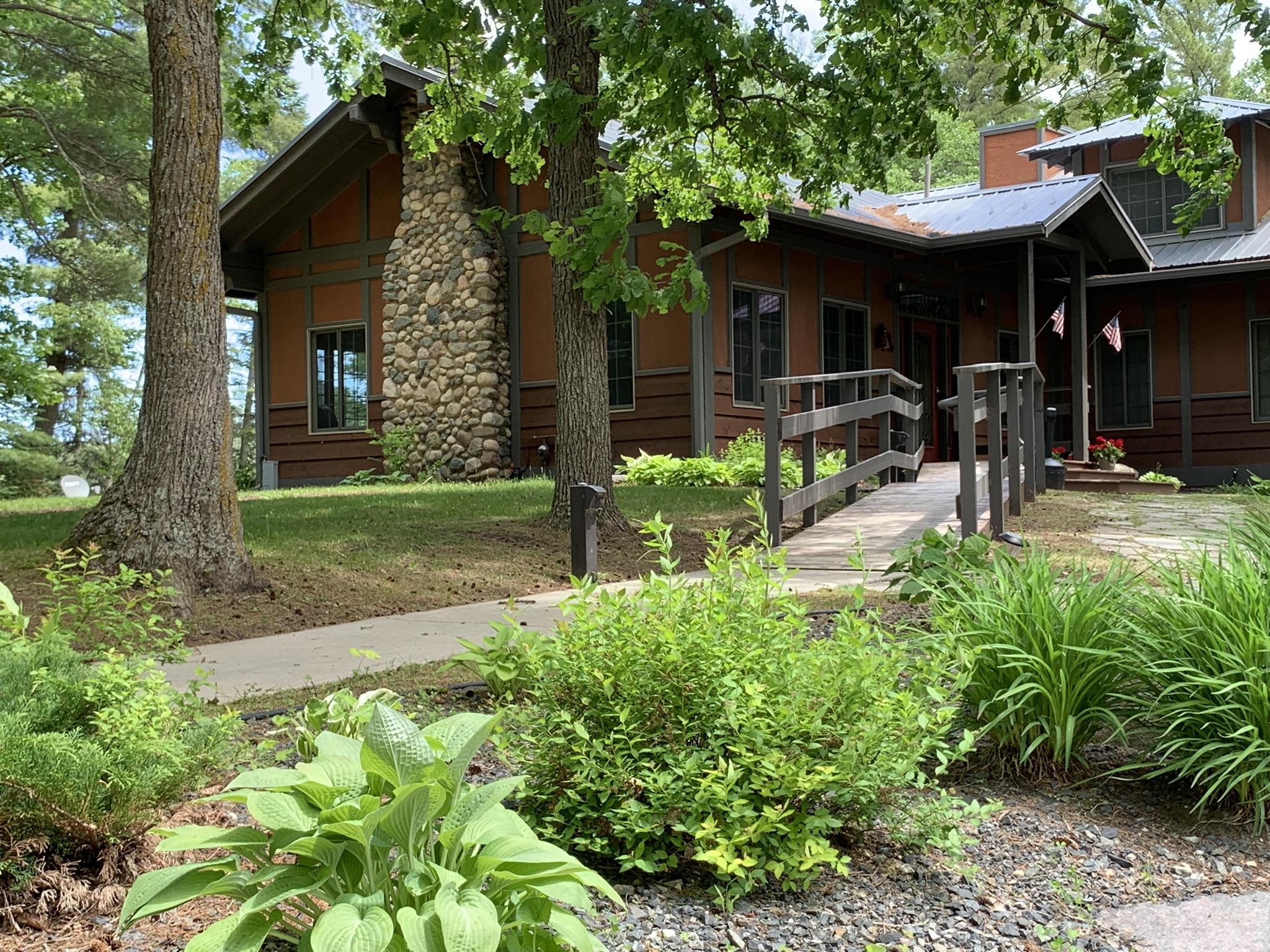 Lodge-w-ramp-and-plants